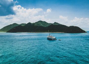Kudanil Explorer ankert vor einer Insel