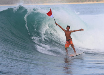 Local Surfer mit Indo Flagge