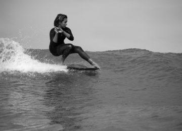 Surferin macht einen stylischen Hang Five