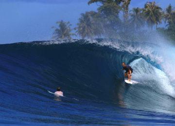 Surfer surft Rechtswelle mit Barrel
