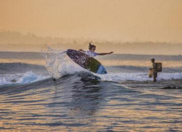 Surfer mit Air in den Banyak Islands