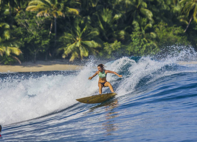 Surferin macht Turn in den Mentawais