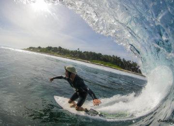 Surfer in glassy Mentawai Welle