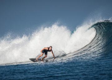 Nick Clark surft T-Land