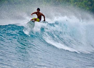 Lokaler Surfguide auf Welle in Siargao