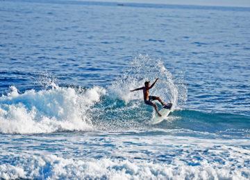 Local Surfer mit Frontside Spray