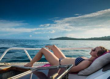 Gast sonnt sich auf dem Resort Boot