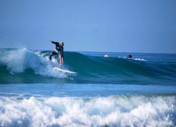 Surfer in Linkswelle bei Weligama