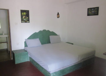 Double bed in the main house of Surf Resort Arugam Bay