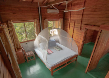 Double room with bed and fan