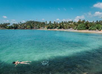 Schnorchlerin im türkis blauen Wasser in Sri Lanka