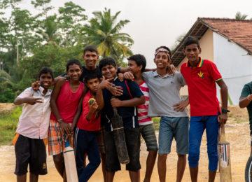 Lokale Kids in Mirissa posieren für Kamera