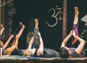 Stretching während Yoga Lektion