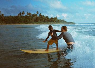Kind surft im Weisswasser