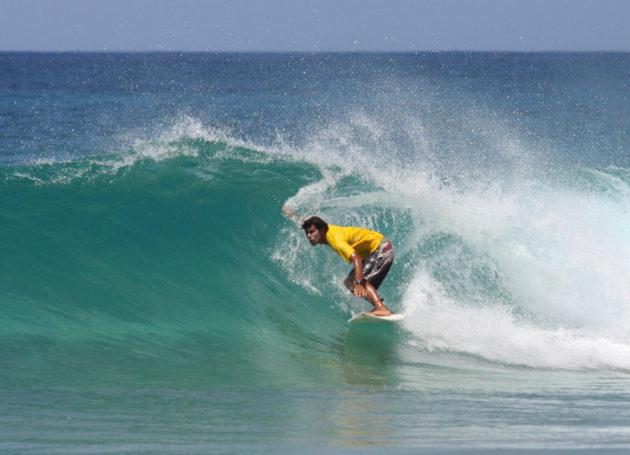 Erfahrener Surfer in der Welle