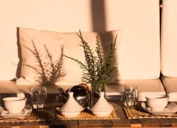Ein schön angerichteter Tisch mit Tee zum trinken