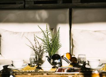 Frühstück auf dem Tisch vor dem Bungalow
