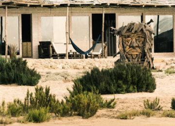 Die Holzstatue vor der Unterkunft mit Blick auf das Meer
