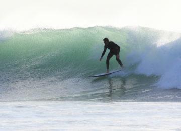 Ein Surfer in der Welle