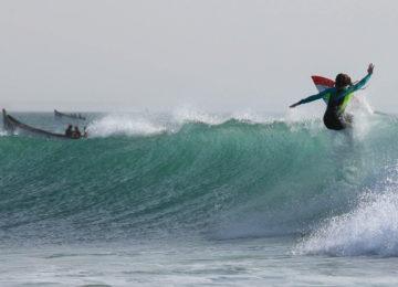 Ein Surfer macht ein Manöver auf der Welle