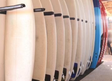 Surfbretter stehen im Rack