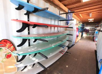 Surfbretter liegen im Rack