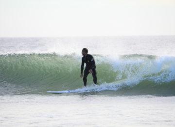 Ein Surfer reitet eine Welle