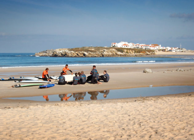 Surfgruppe auf dem Sandstrand