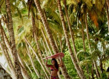 Eryn Krouse mit Longboard im Dschungel