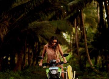 Indo Surferin auf Scooter