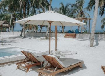 Liegestühle im Sand