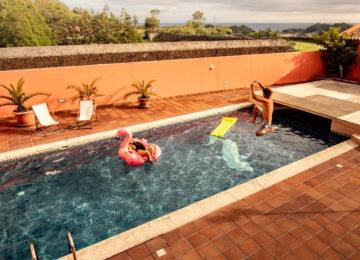 Swimmingpool im Surfcamp