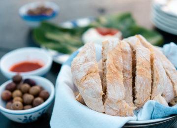 Frisches Brot mit Oliven