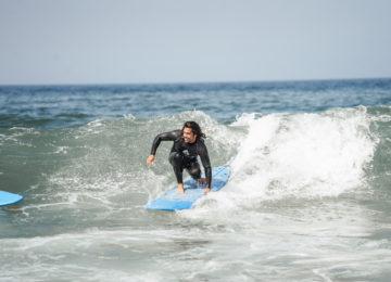 Surferin im Surfkurs in Lissabon