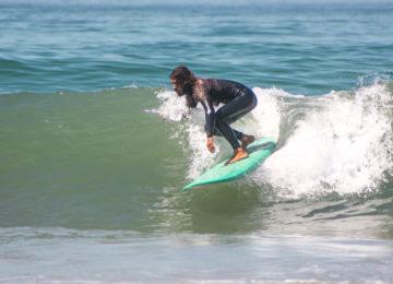 Gast surft grüne Rechtswelle