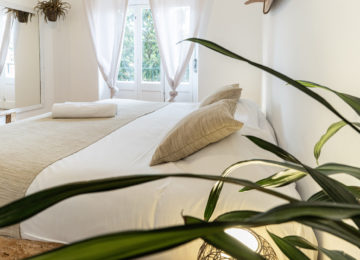 Double room with window into the green