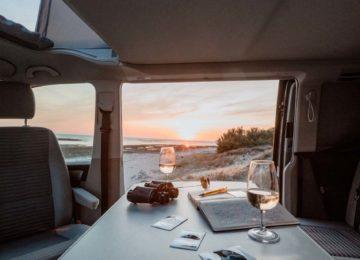 Innenraum des Vans mit Sicht aufs Meer