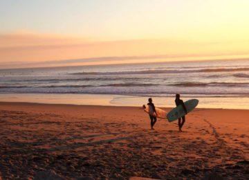 Zwei Surfer geniessen den Sunset