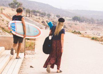 Ein paar macht sich auf dem Weg zum Strand