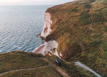 Surf Van steht am Ende eines Cliffs