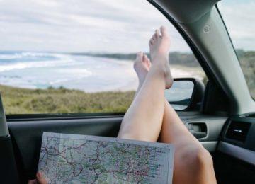 Person mit Landkarte vor Surfspot