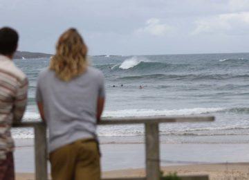 Zwei Surfer schauen sich den Spot genauer an