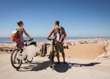 Guests with bike at the surf spot
