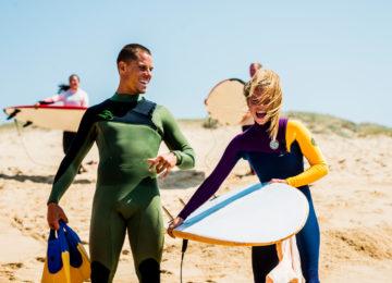 Surfcoach mit Schüler
