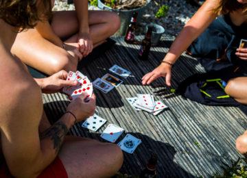 Kartenspielen im Camp