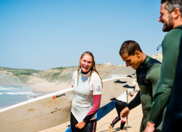 Surfcoach with happy student