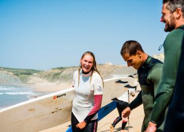 Surfcoach mit happy Schülerin