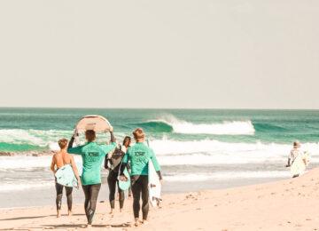 Surfschüler auf dem Weg ins Meer