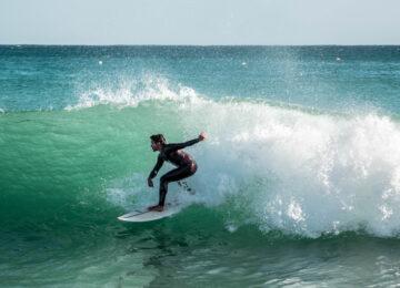 Surfer auf grüner Welle